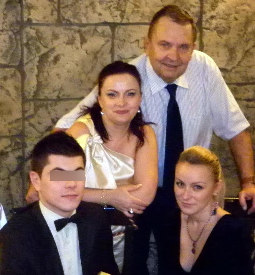 Gabriela Puscasu, impreuna cu mama ei naturala, Renata, si tatal vitreg, Dan Marin (Sursa foto: Facebook.com)