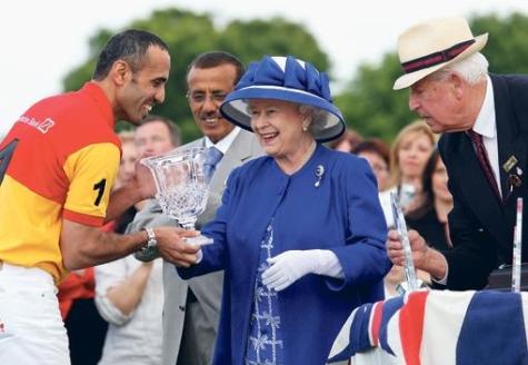 Max are o echipa de polo alaturi de care castiga multe premii, unele inmanate chiar de regina Marii Britanii