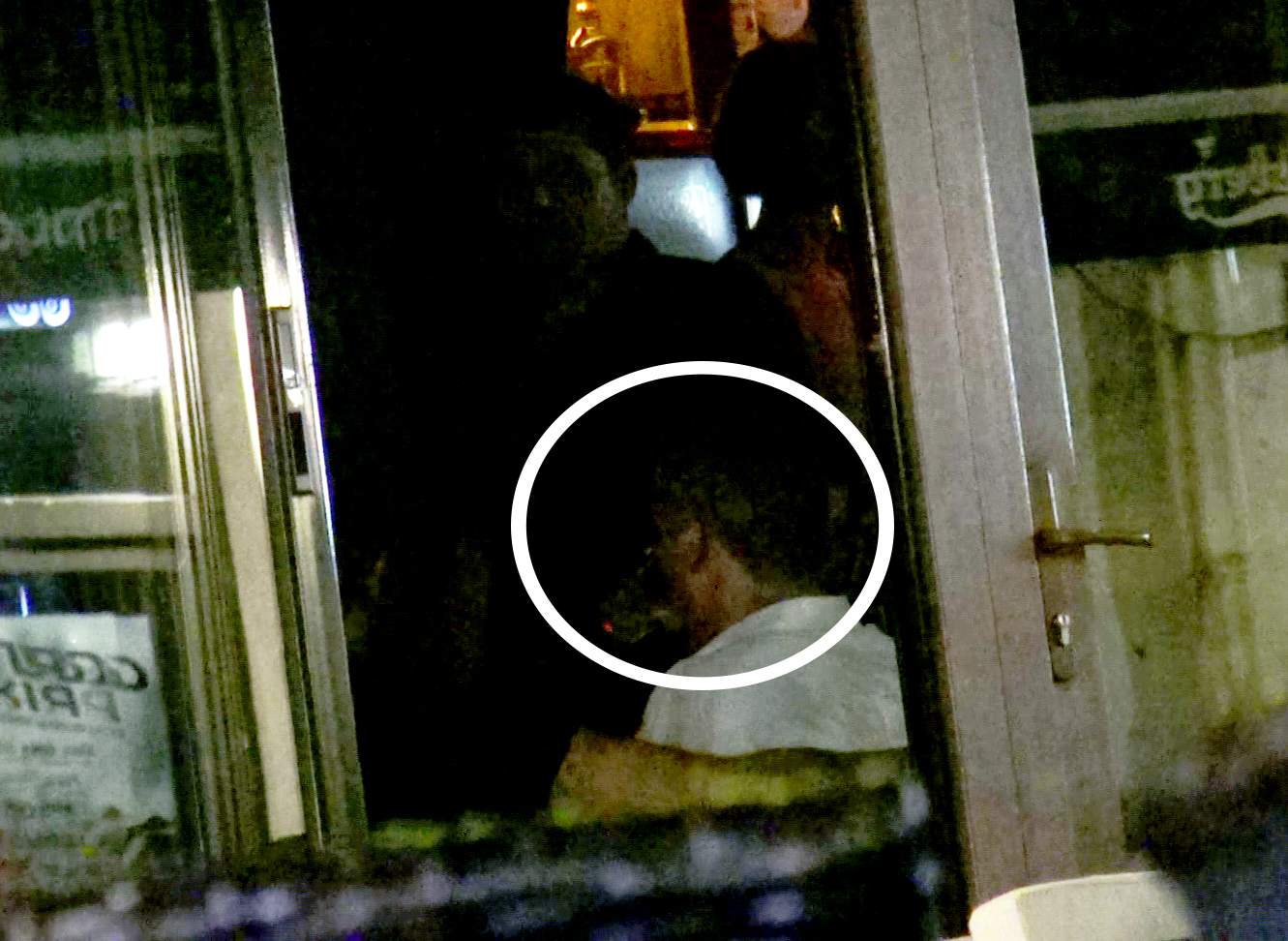 Stelistul a dat peste cap un pahar cu alcool ca sa intre in atmosfera din club