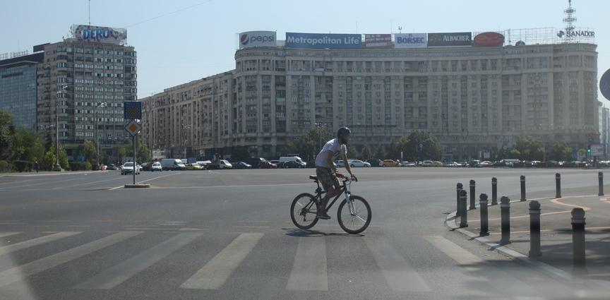 Tanarul a trecut pe bicicleta, dar pe langa trecerea de pietoni exista si o pista special pentru biciclisti
