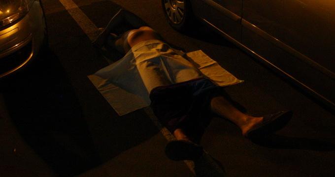 Barbatul era intins pe asfalt