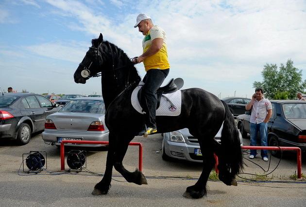 Nutu Camataru calare pe unul din caii sai