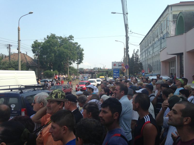 Mii de oameni participa la inmormantare