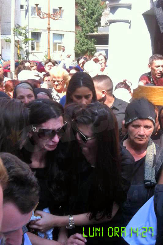 Monica a incercat s-o calmeze pe Ramona cand sicriul mamei lor a fost scos din biserica