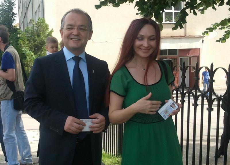 Oana Boc e o femeie discreta. Pana la acest miting, a fost fotografiata doar in zilele de votare. sursa: ziuadecj.realitatea.net