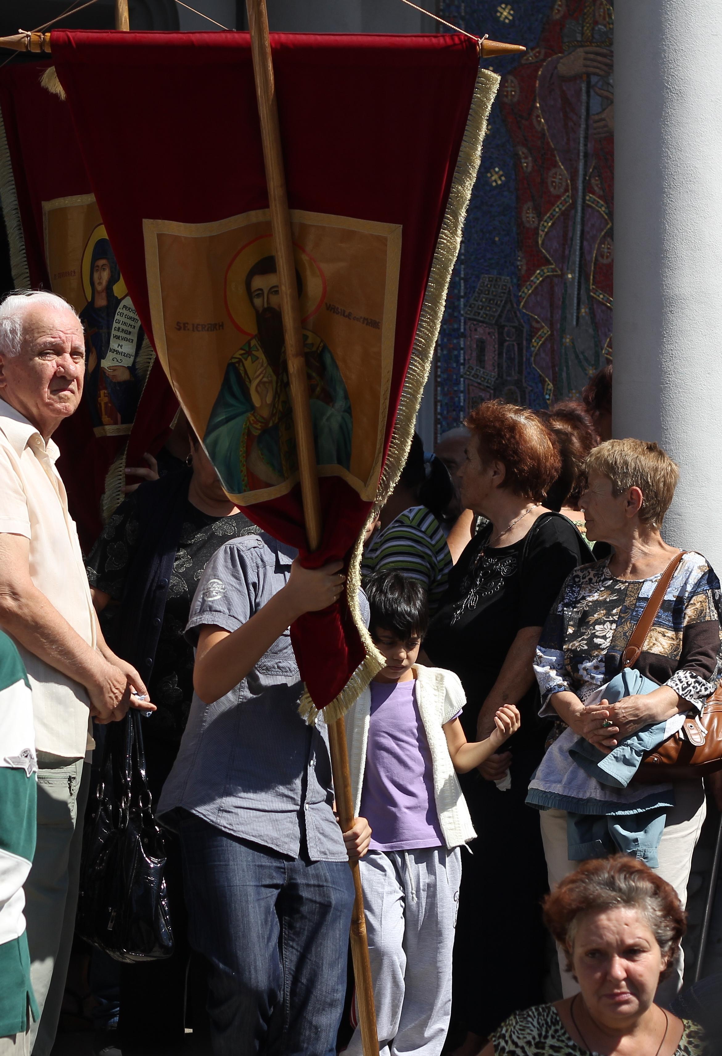 La biserica au venit zeci de parinti impreuna cu prichindeii lor