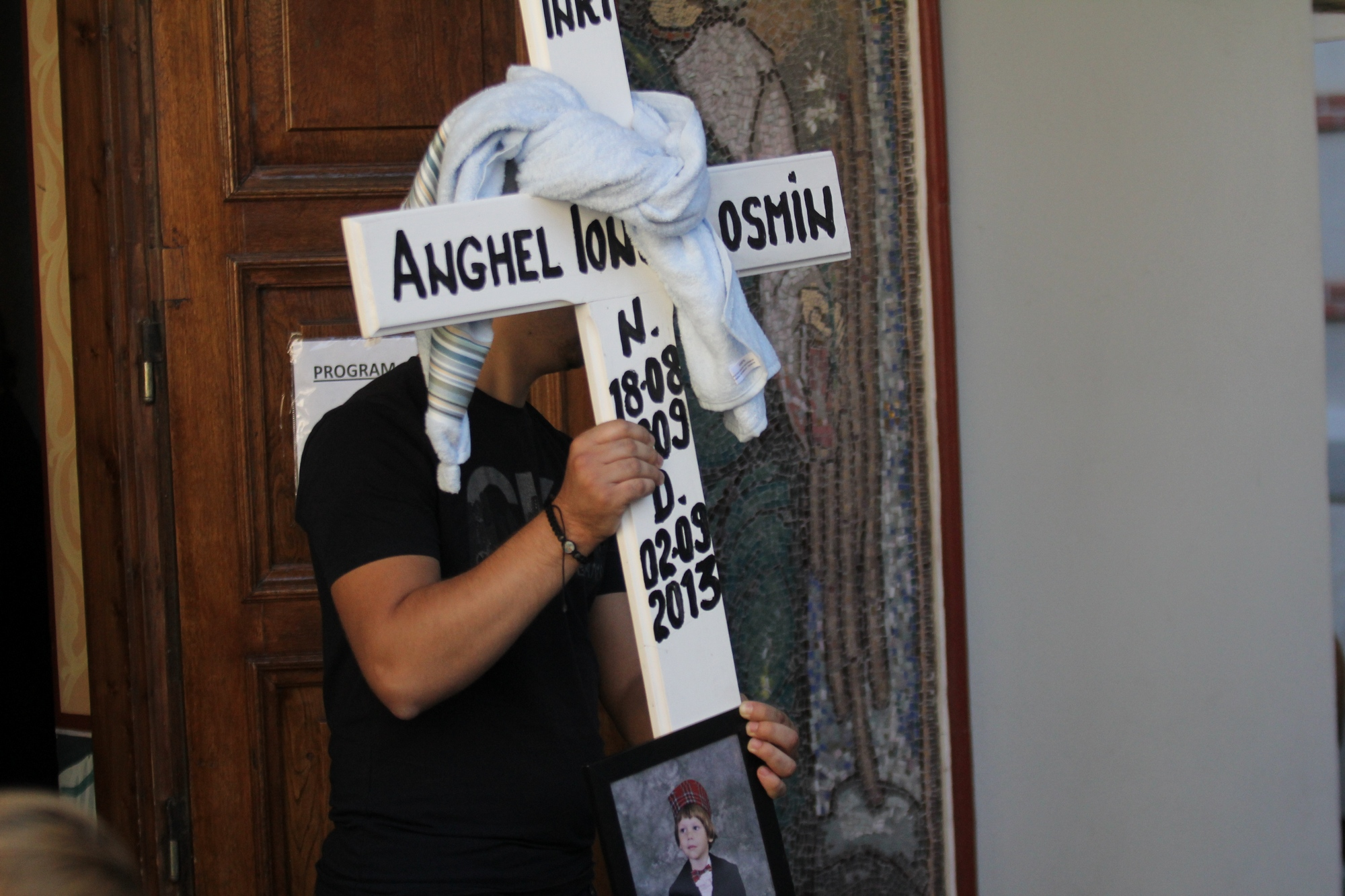 Cand a fost scoasa crucea cu poza lui Ionut din capela, mai multe persoane au izbucnit in plans