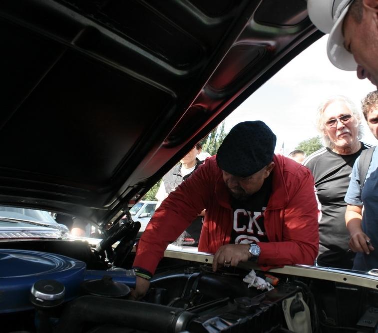 Edilul a verificat uleiul inainte sa plece impreuna cu celelalte masini de epoca intr-un tur prin sectorul 4