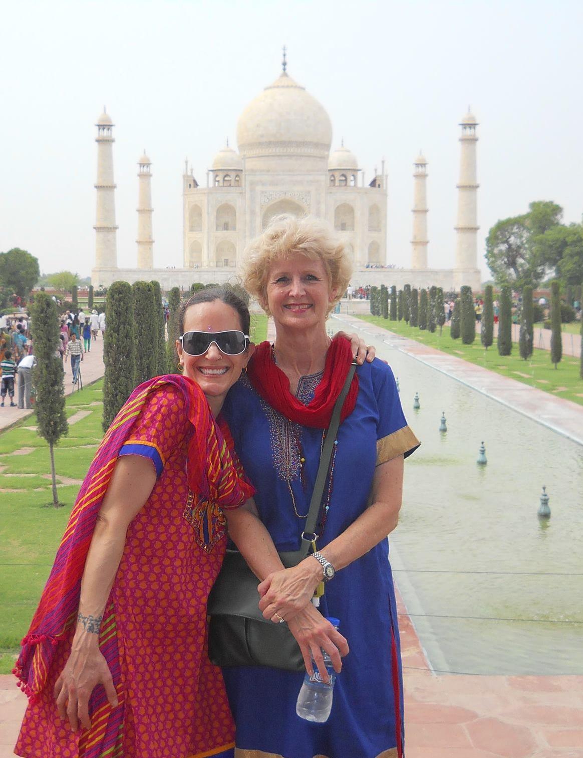 Melia Belli (stanga) a vizitat si Taj Mahal-ul impreuna cu o prietena