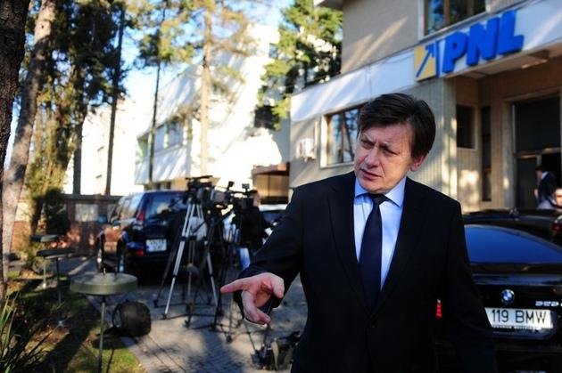 In biroul lui Crin Antonescu s-a distrat Balasescu impreuna cu o tanara (foto:gandul.info)