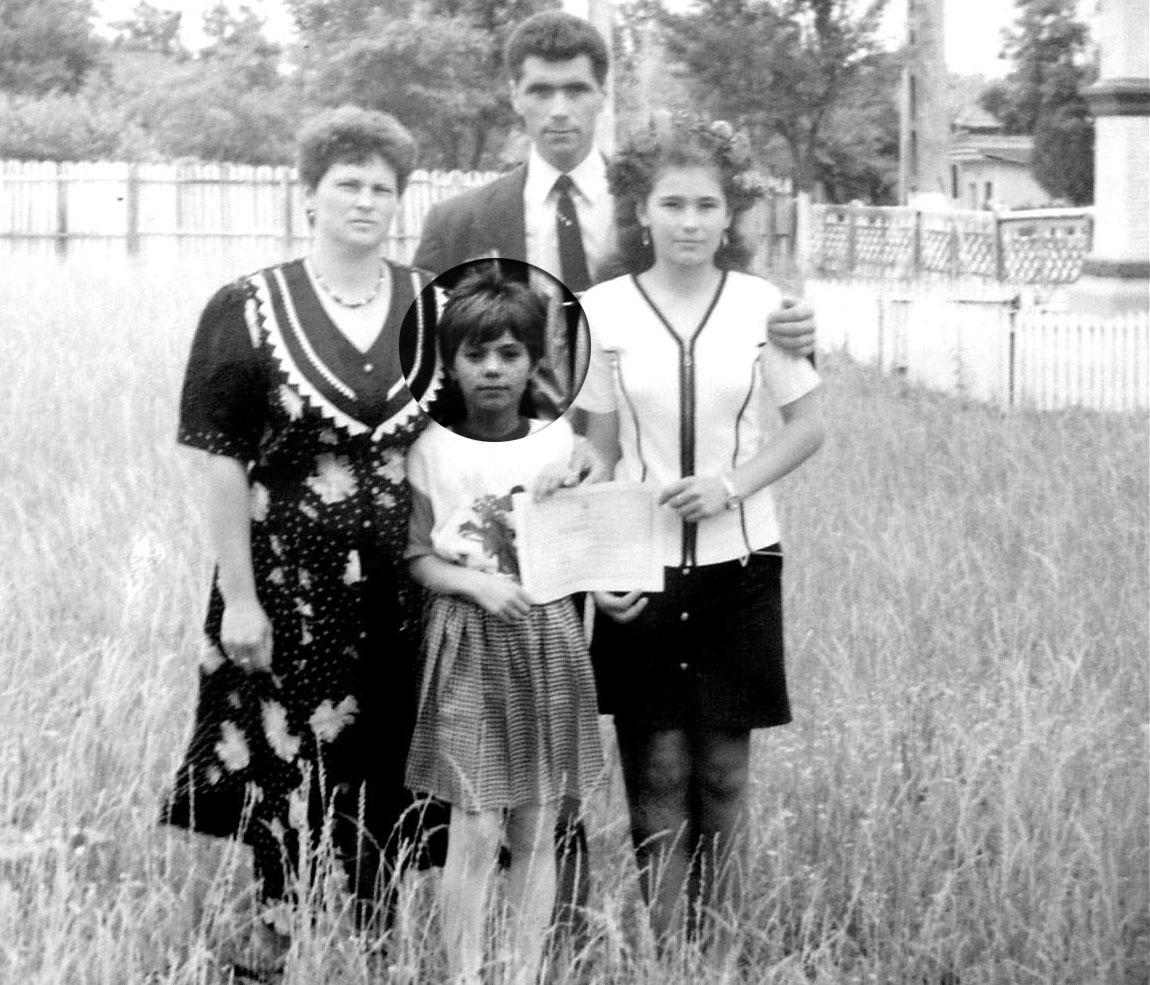 Silvia, alaturi de mama, tatal si sora ei, Laura, intr-o fotografie de familie