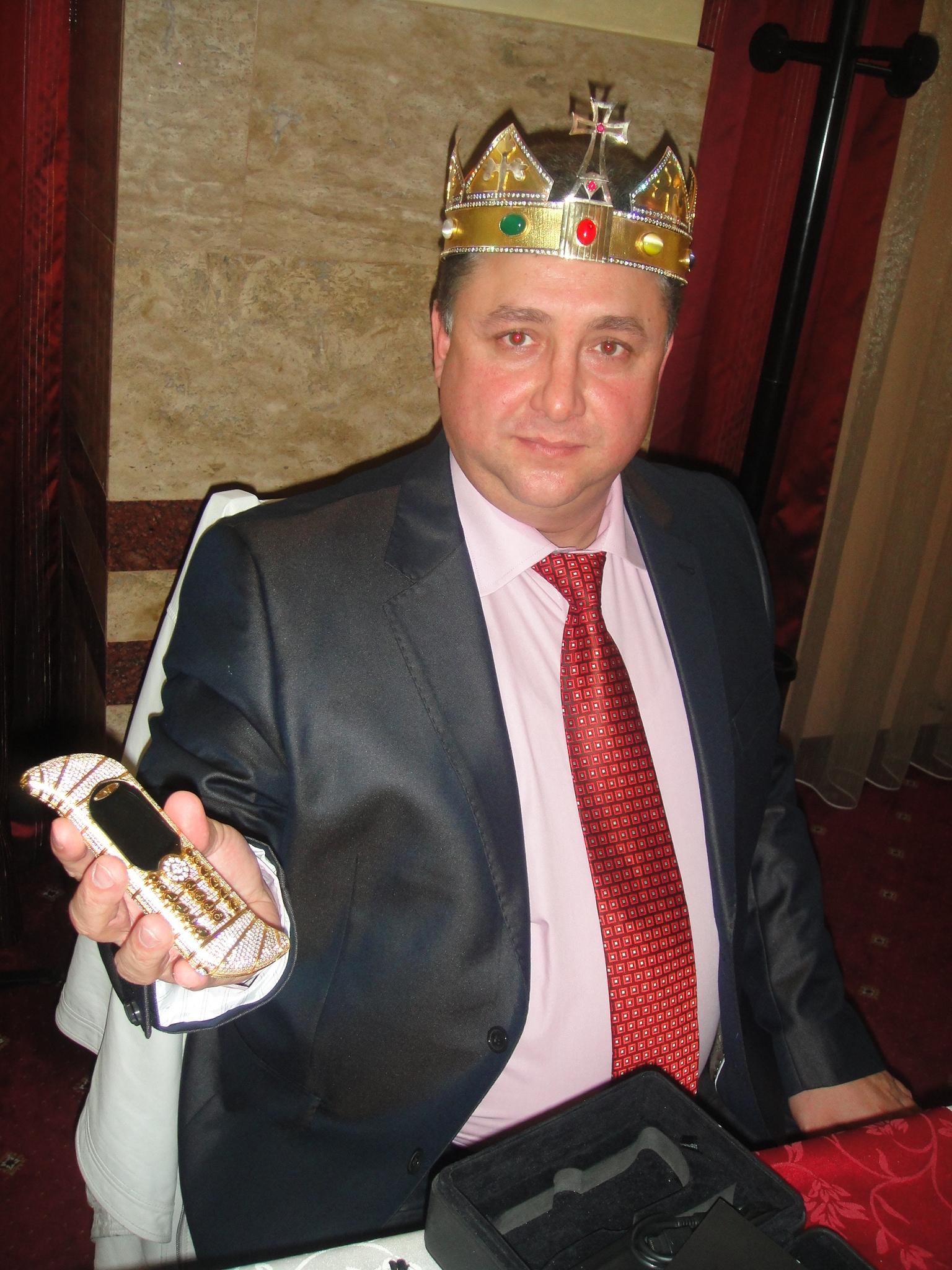 Dan Stanescu si-a asortat la coroana un telefon din aur
