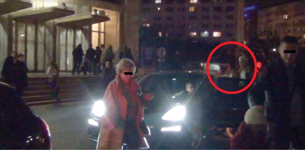 Monica Tatoiu urca in masina dupa ce sotul ii deschide portiera