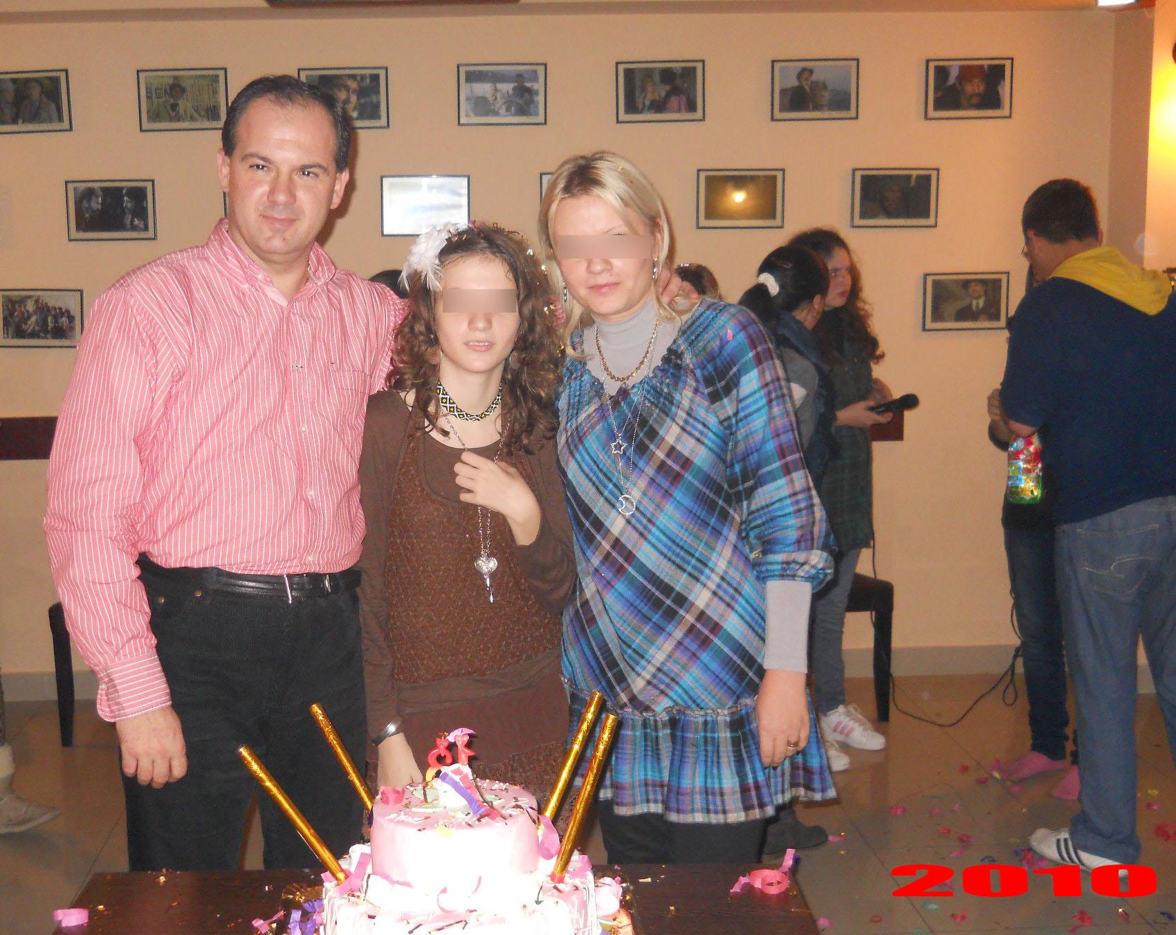 Primarul alaturi de fiica si sotie, in urma cu 3 ani, cand in familia lor domnea armonia