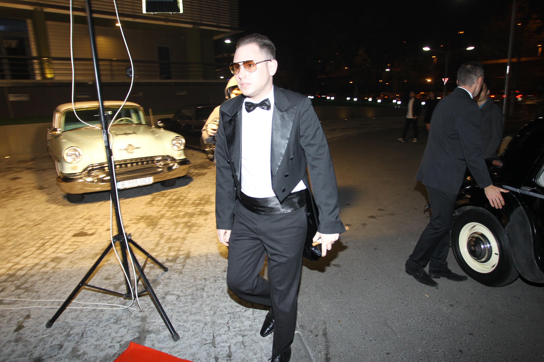 Andrei Versace s-a imbracat intr-un frac negru
