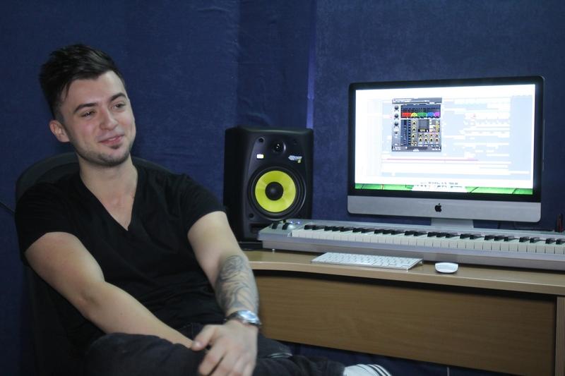 Tanarul artist in studio