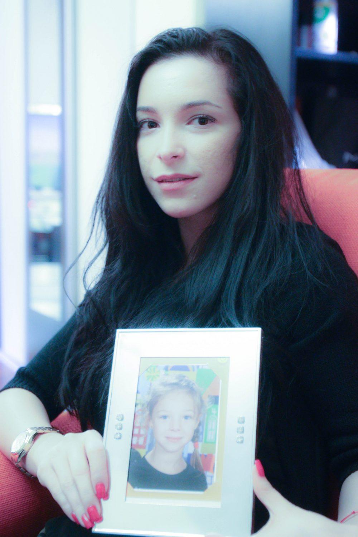 Elena Turcu segura a foto de sua filha Susan em sua mão