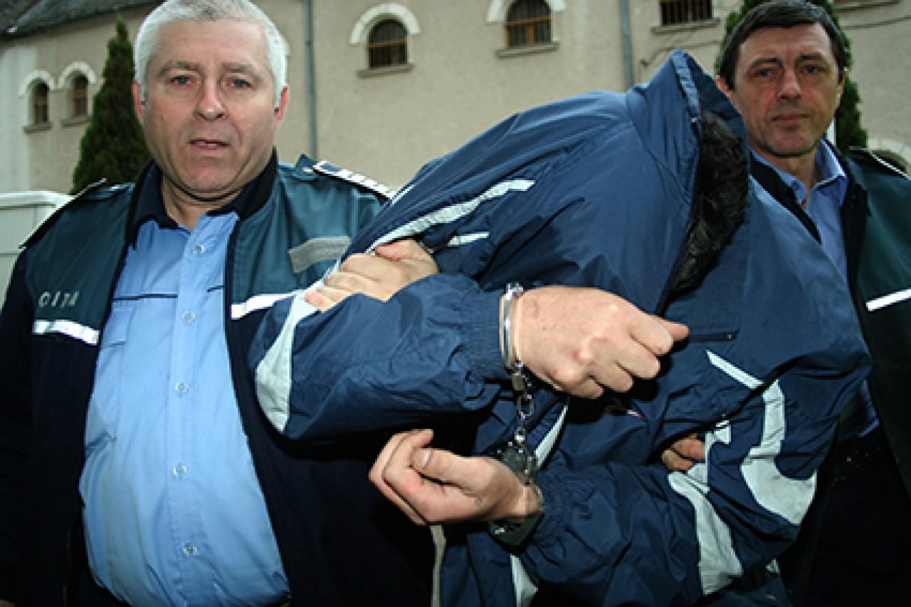 Escrocul a fost prins de politisti (foto:glasul-hd.ro)