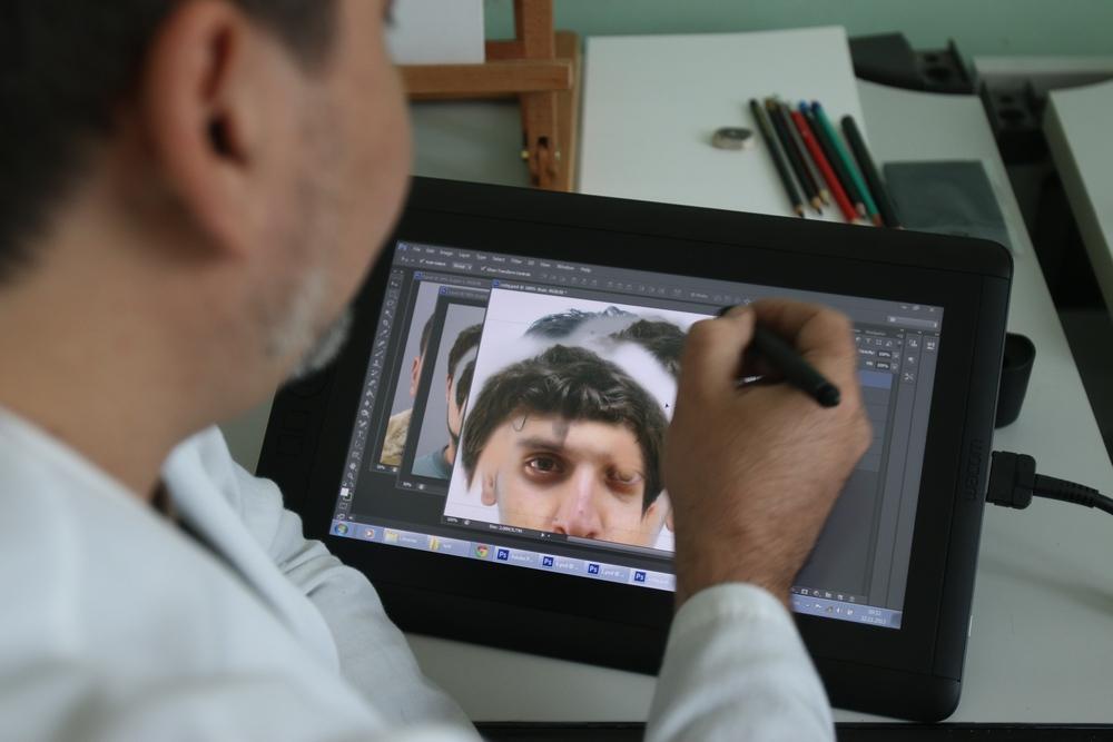 Aurelian lucreaza cu o tableta grafica, dar foloseste si o tehnica mai