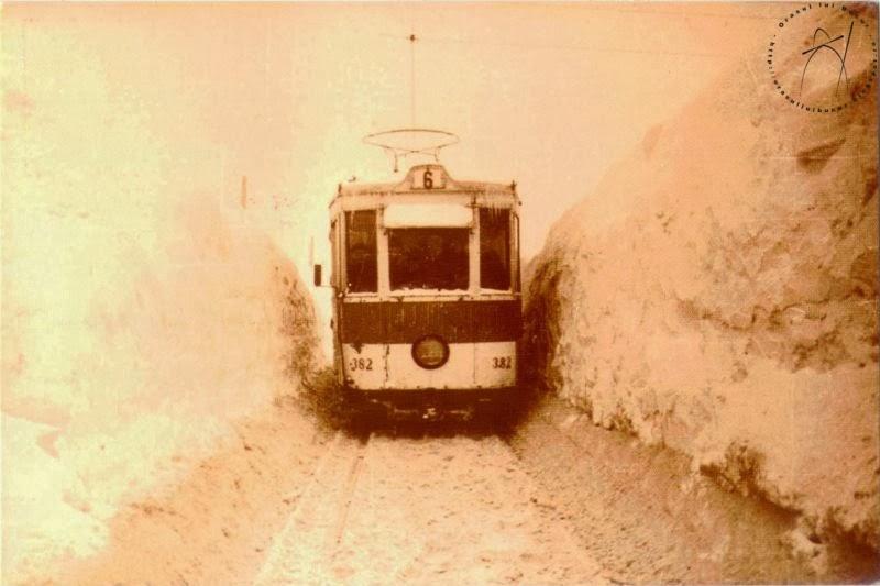 De fiecare data cand iarna vine multi dintre bucuresteni s eplang ca mijloacele de transport in comun sunt blocate. Asa arata iarna din 1954