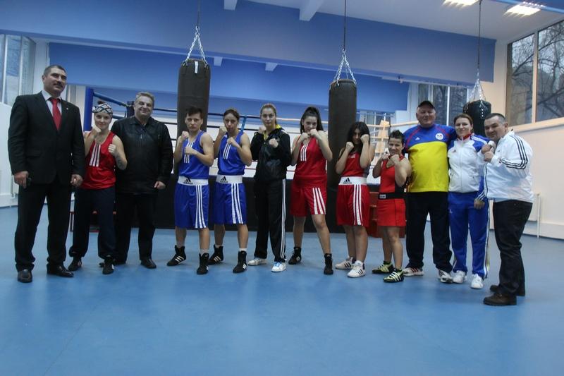 Fetele din lotul olimpic impreuna cu antrenorul Adrian Lacatus si presedintele federatiei de box Leonard Doroftei