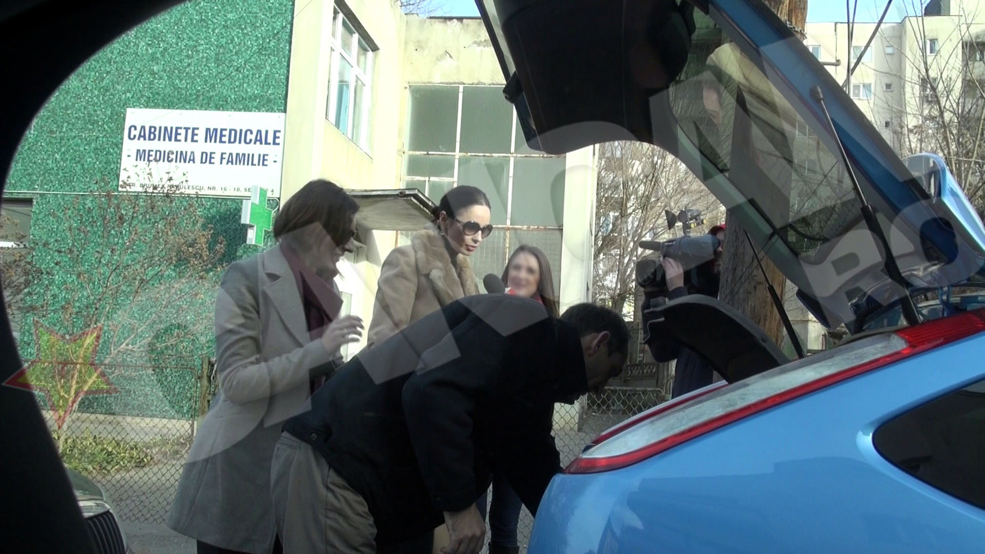 Andreea si colaboratorii sai au golit portbagajul plin cu daruri