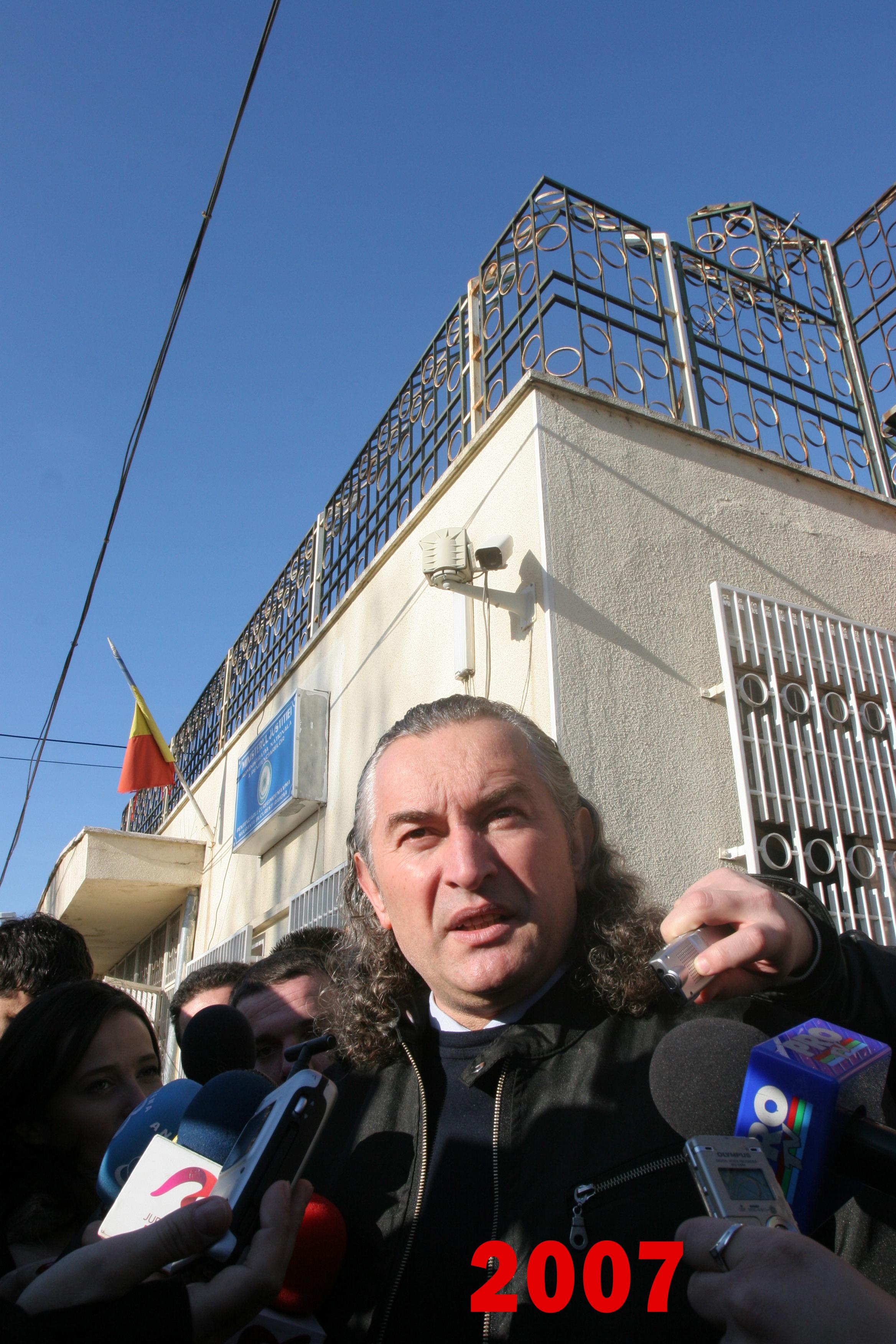 Miron Cozma in fata Penitenciarului Rahova