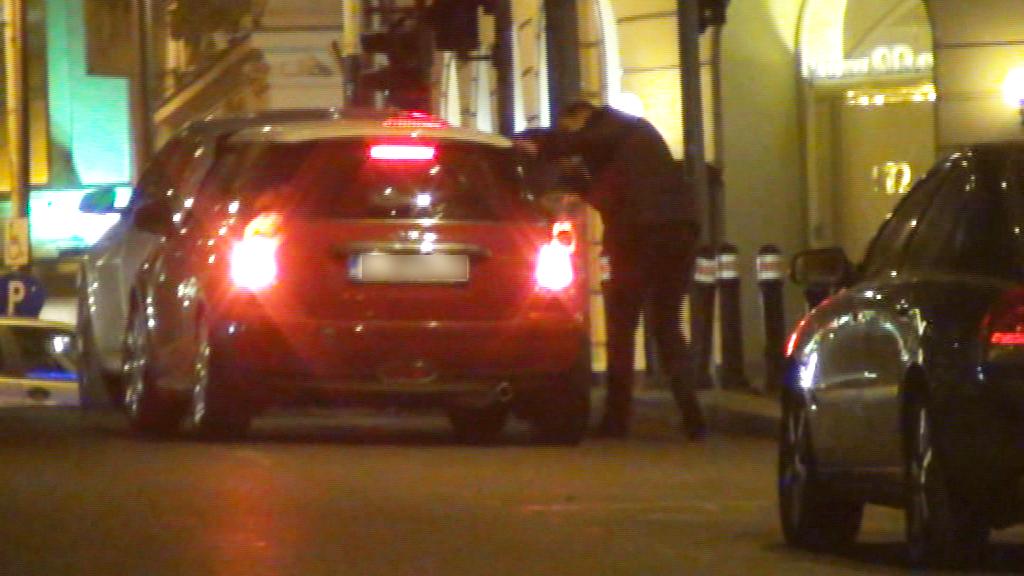 In Piata Victoriei, prietena Alinei a facut o scurta oprire pentru a-l lasa acasa pe singurul barbat din grup