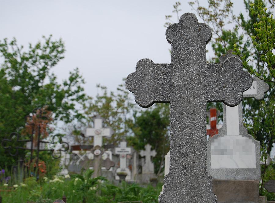 Rudele celor decedati care nu le ingrijesc mormintele s-ar putea trezi ca pierd locurile concesionate de administratia cimitirelor