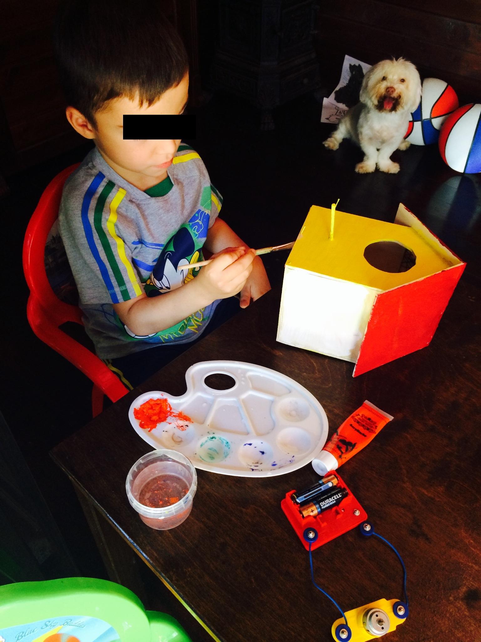 Maximus a avut ideea de a construi o casuta pentru pasari, iar tatal lui l-a ajutat s-o faca