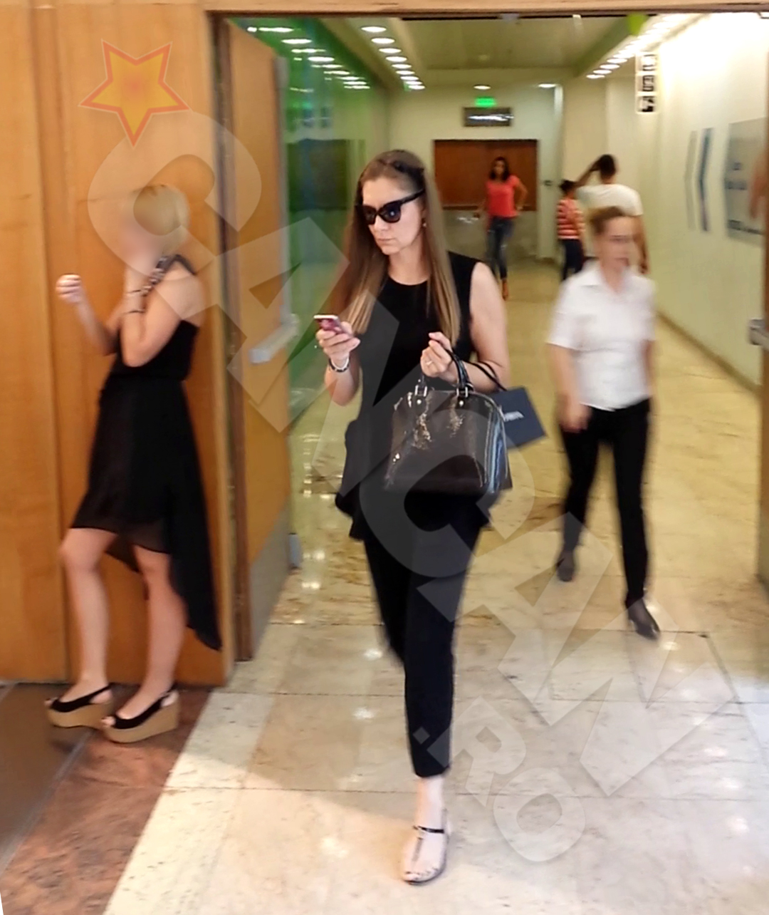 Romanita Iovan a purtat ochelari de soare chiar si in mall
