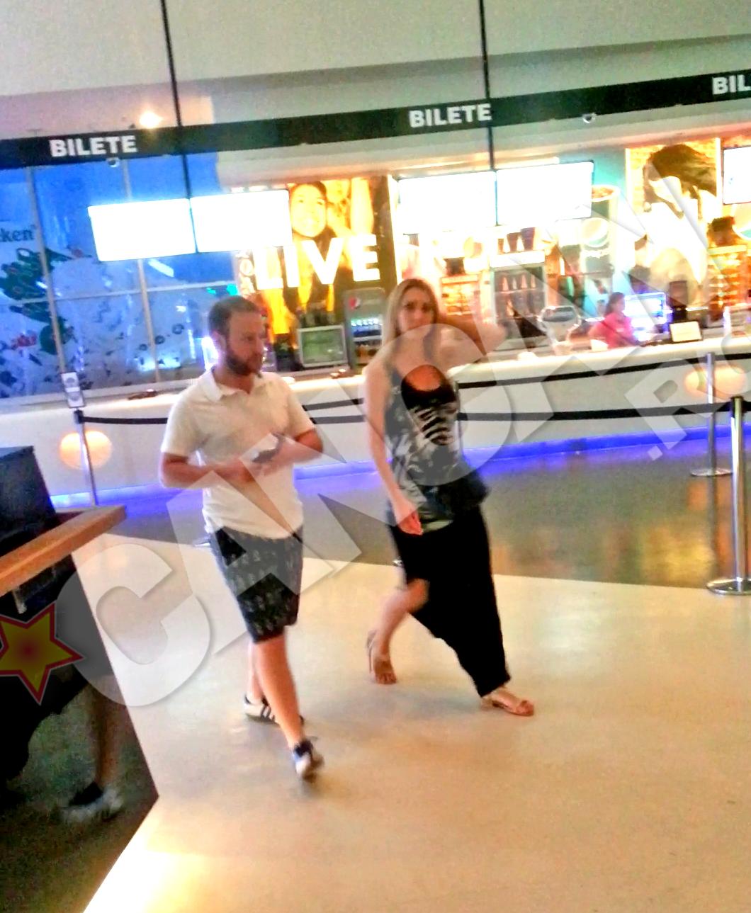 Tanarul cuplu a iesit la un film, in mall