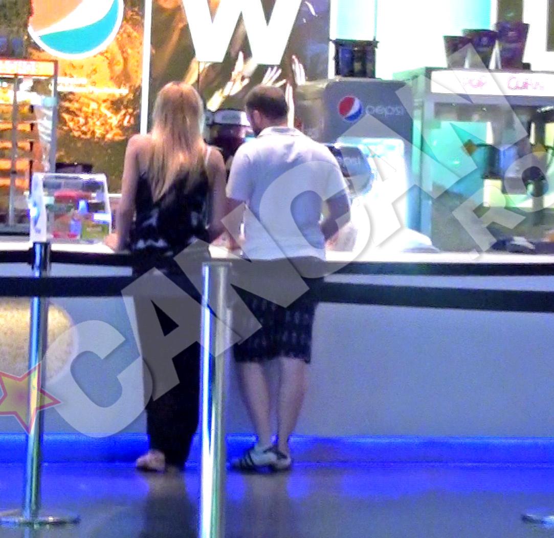 Andrei si Alberta asteapta ca vanzatoarea sa le dea biletele la film