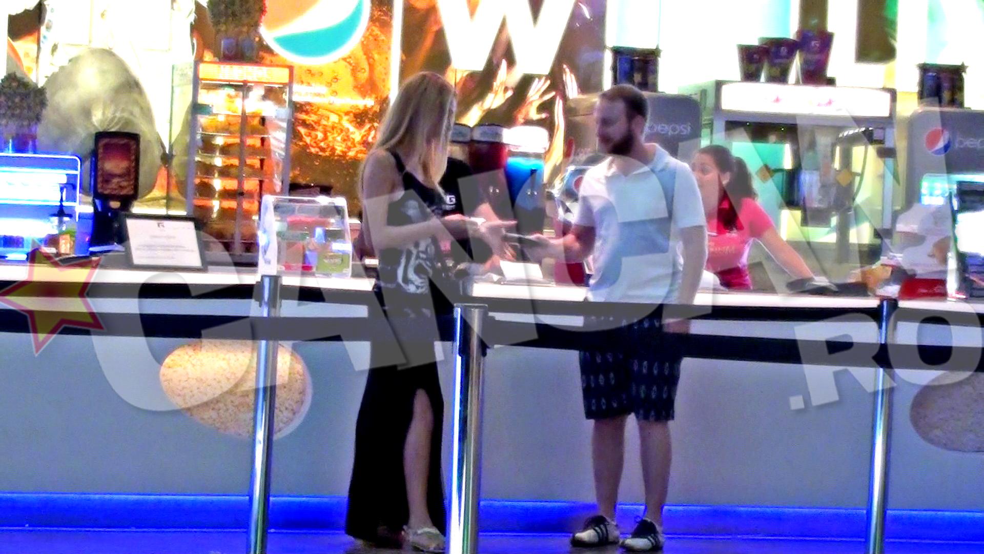 Andrei ii da sotiei lui sa-i tina portofelul