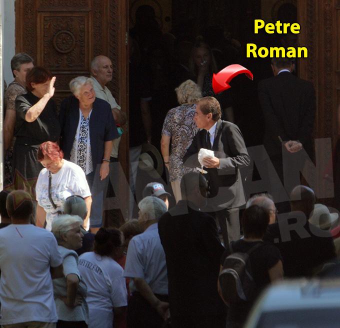 Petre Roman n-a fost slabit de admiratoare nici macar la inmormantare