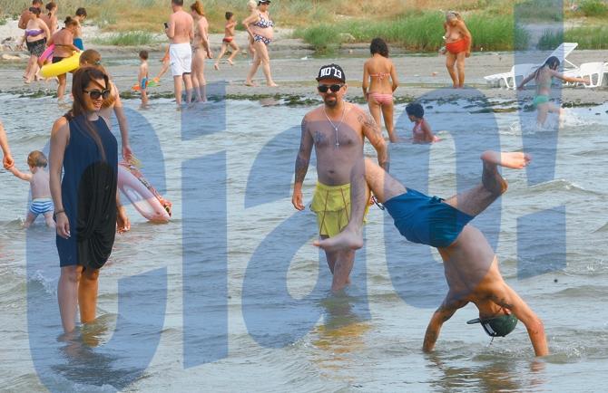 Baietii au distrat-o pe Nico cu tumbe in apa