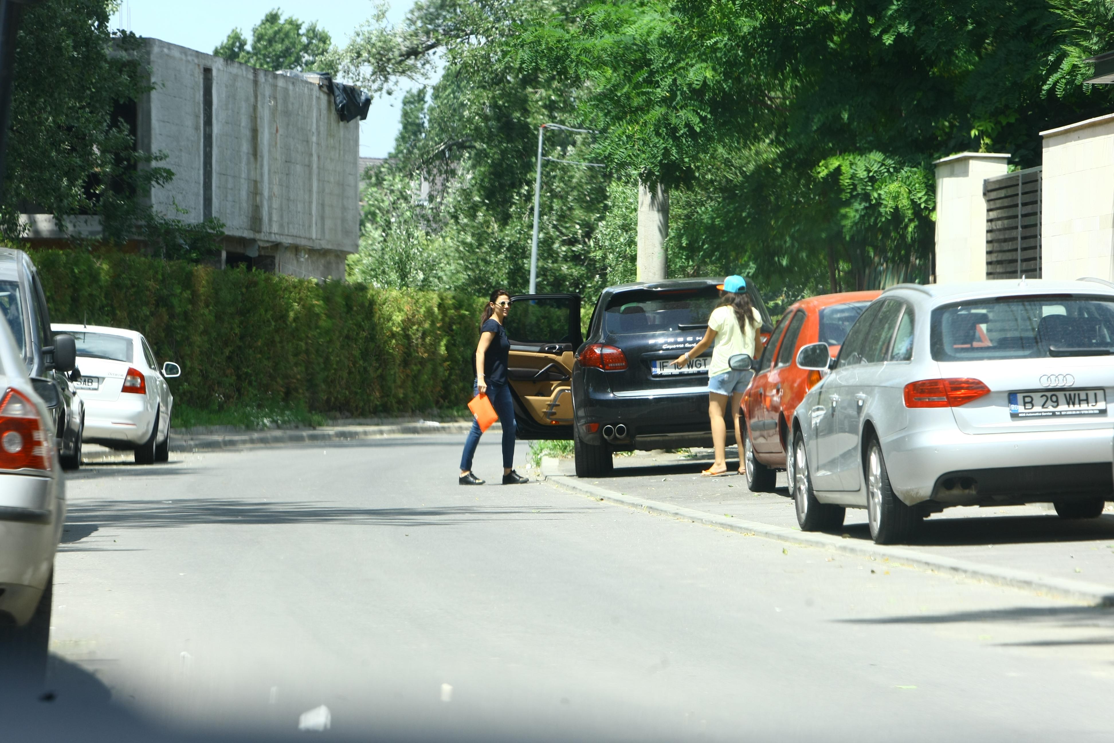 Prezentatoarea a asigurat masina inainte de a intra in vila