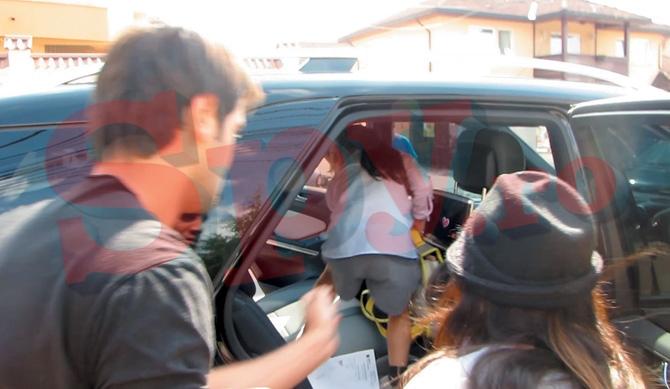 Tatal isi ajuta fiicele sa urce in masina