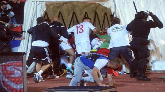 Jucatorii albanezi au fugit speriati spre vestiare