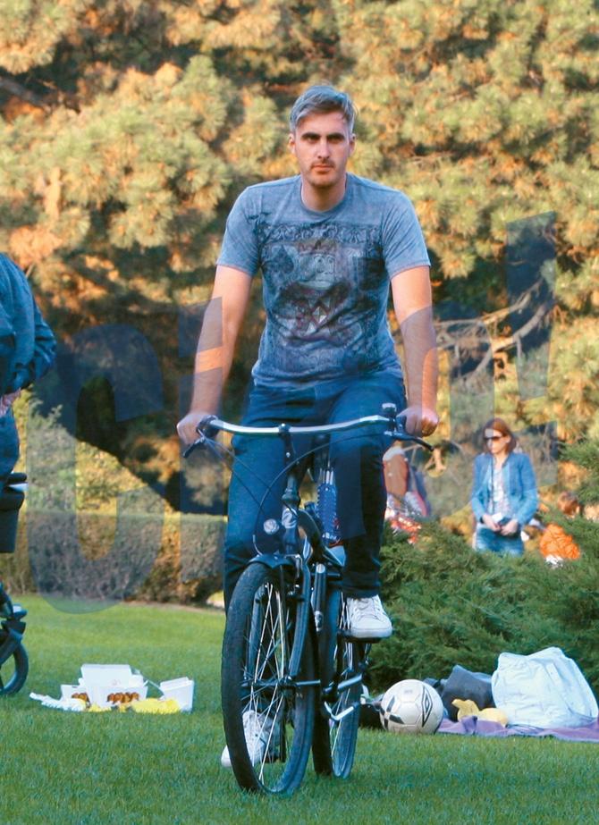 Ernest recurge la pedalat ca sa se mentina in forma