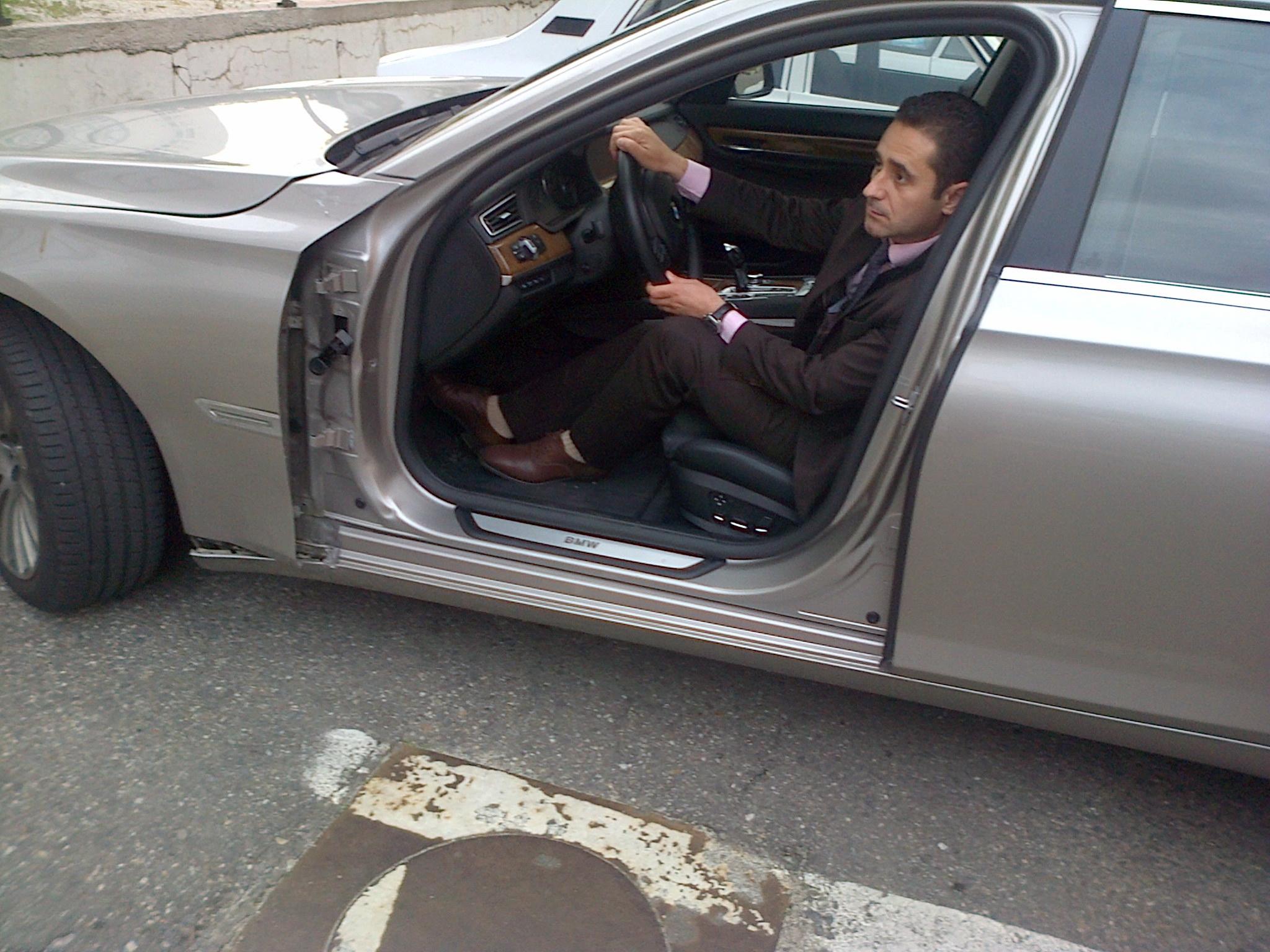 Actorul a ramas zilele trecute fara portiera de la masina pe care o conducea