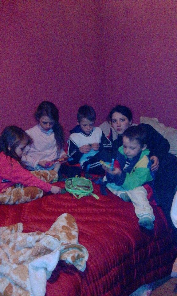 Cei patru copii mananca in pat pentru ca nu au o masa