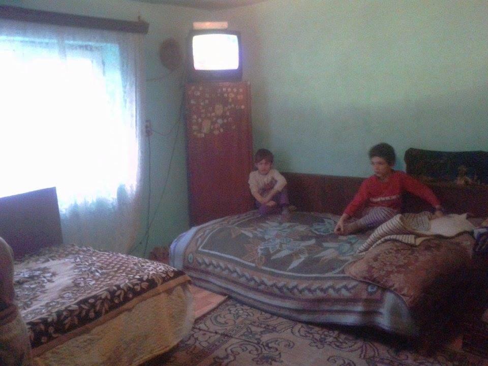 Copiii si parintii lor traiesc intr-o singura camera si ingheata de frig