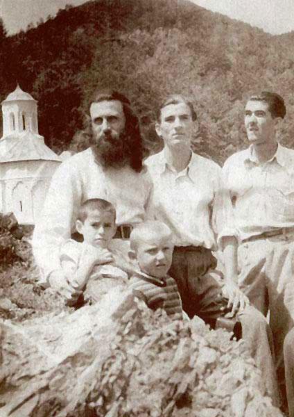 Incepand cu 1958, parintelui Arsenie Boca i-a fost interzis sa mai slujeasca in Biserica si sa poarte reverenda sau rasa calugareasca