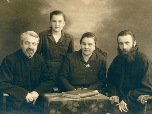 Parintele Dumitru Staniloae spunea despre Arsenie Boca (primul din dreapta in aceasta imagine) ca