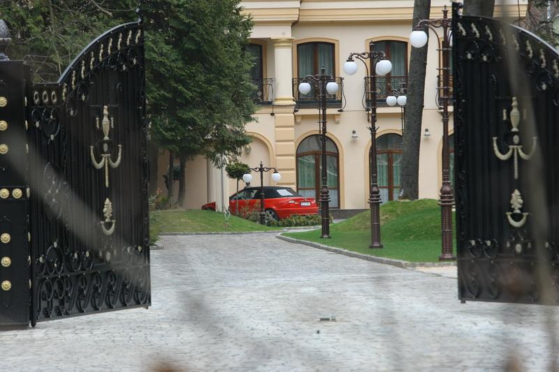 In 2012, paparazzii CANCAN.ro au filmat masina Crudutei in fata casei lui Ioan Neculaie