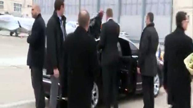 Iohannis si-a aruncat nervos paltonul pe masina