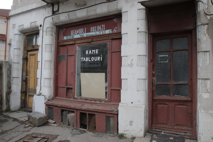 Magazinul lui Mincea este colorat in visiniu