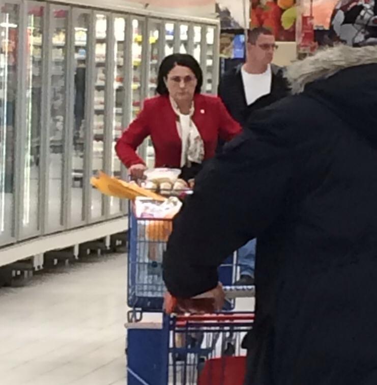 Cu un carucior plin de cumparaturi, Ecaterina Andronescu s-a deplasat cu greu prin centrul comercial