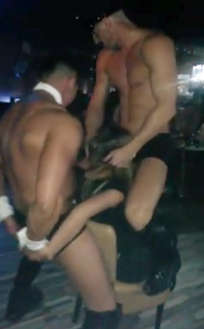 Eleva a fost surprinsa intre doi stripperi